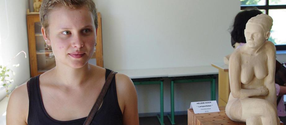 """Helene Koch mit ihrem Prüfungsstück """"Lampenfieber"""", mit dem sie Ende 2016 einen Preis beim Gestaltungswettbewerb """"Die gute Form im Handwerk"""" gewann. Quelle: SIK-Holzgestaltungs GmbH"""