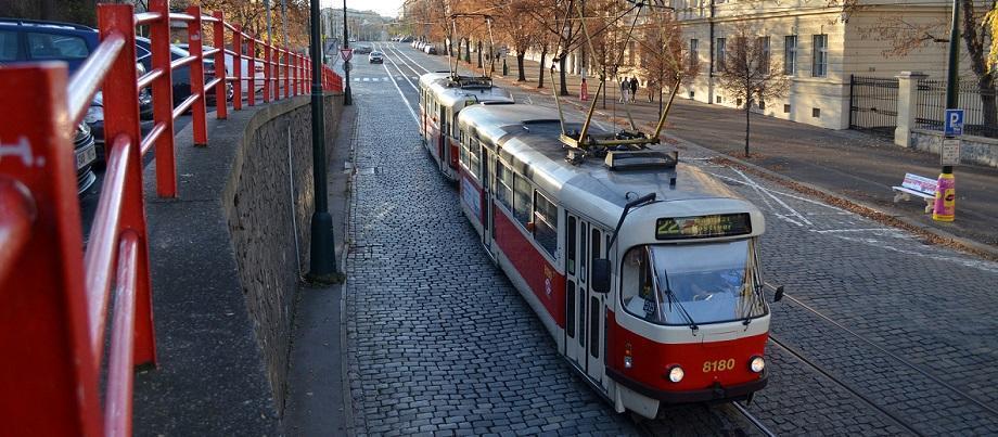 Straßenbahn fährt auf Straße in Prag