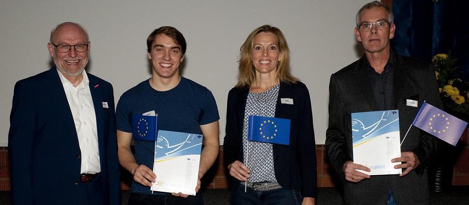 Tobias Nissen (2.v.l.) erhielt en 300.000sten Europass Mobilität